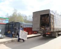 Сотрудники фирмы «Экология-Норд» забирают из контейнера очередной картонно-бумажный «транш». Фото автора