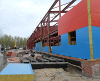 При монтаже стеновых панелей вокруг здания ничего не должно быть. А оно есть.  Фото автора