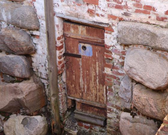 Единственная уцелевшая до наших дней дверь в камеру СЛОНа. Фото Андрея Мирошникова
