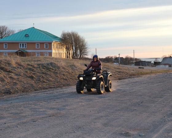 Квадроцикл, пожалуй, самый подходящий транспорт для островов, где дорог в привычном для нас понимании нет. Кстати, остальная техника здесь преимущественно внедорожная. Фото Андрея Мирошникова