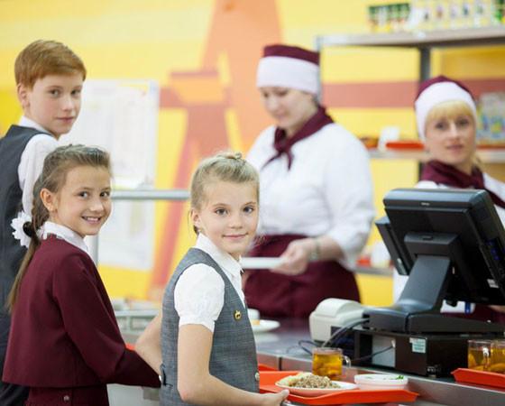 Не пицца, а полноценный обед! В школьных столовых ребята приобретают привычку питаться правильно. Фото МП КШП