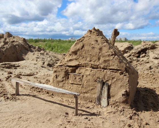 А пока на песке можно построить только такую вот избушку.       Фото Андрея Мирошникова