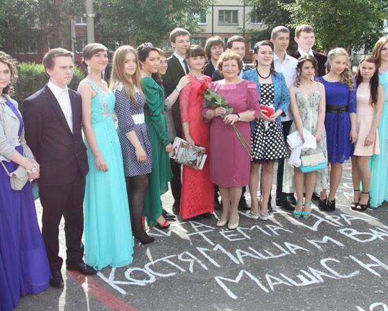 Радужное дефиле от выпускников школы № 21. Фото Валентина Капустина
