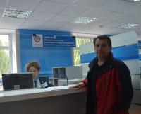 Герман Кочергин — один из первых посетителей обновлённого зала, пришёл в ИФНС отчитаться по налогам. Был приятно удивлён ремонтом: «Очень симпатично, сделано с заботой о налогоплательщиках. Есть места, где можно посидеть». Фото Елены Никитиной