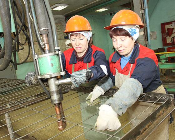 На сложном арматурном участке работают девушки — Татьяна Митькина и Надежда Гнездова. Фото Валентина Капустина