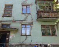 Такие швы на ул. Первомайской, 9 появились ещё три года назад. Фото Екатерины Курзенёвой