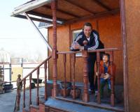 Игорь Попов десять лет назад продал свою квартиру в городе и не жалеет об этом.  Загородная жизнь помогает быть здоровыми и счастливыми. Фото Андрея Мирошникова
