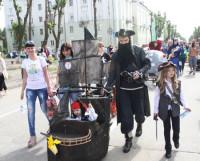 А вот флибустьеры, взявшие главный приз парада колясок. Фото Валентина КАПУСТИНА