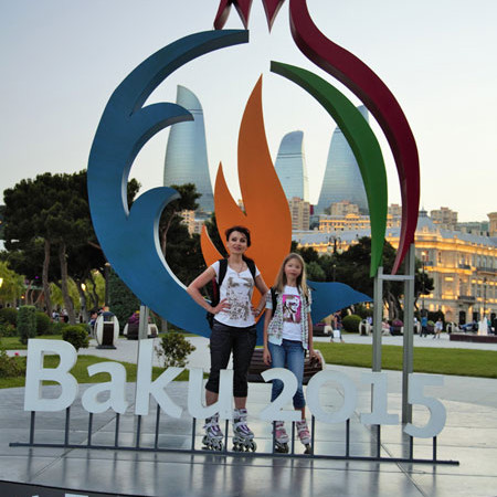 Дочь Мария и жена Анна на фоне эмблемы Игр. Фото Валерия Ксенофонтова