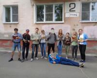 Читают все! Сотрудники и волонтёры Молодёжного центра не прочь вспомнить школьную программу. Фото Яны Новиковой