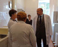 Игорь Орлов беседует с врачами детской больницы. Фото Яны Новиковой