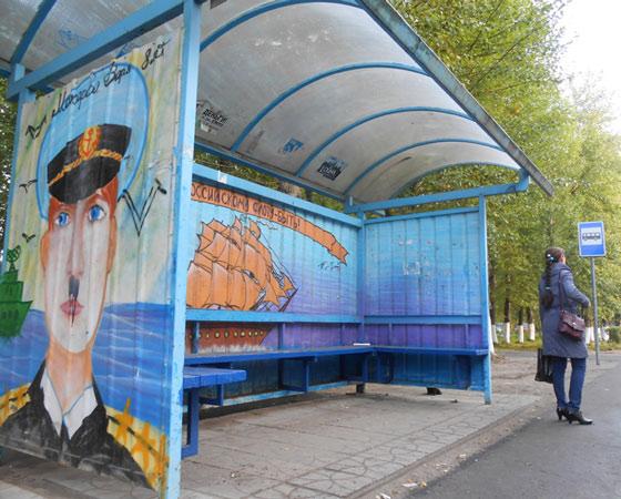 Автобусные павильоны, расписанные репродукциями детских рисунков, также подверглись вандализму. Думаю, детям больно смотреть на такие вот «украшения» своих работ. Фото Андрея Мирошникова