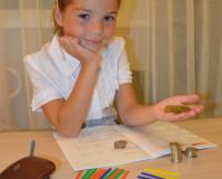 Монетка к монетке: доходы и расходы у детей невелики, но считать их и им уметь надо. Фото Елены Никитиной