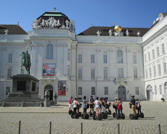 Экскурсии в Вене проводятся не только пешеходные и автобусные, вовсю используются велосипеды и современное средство передвижения — сегвей. Фото Галины Чарупы