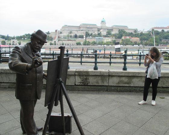 Бронзовый художник на набережной Дуная. На другом берегу — гигантский Будайский замок (Будапешт). Фото Галины Чарупы