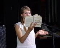Дарья Семенец читает книгу «для девушек» — «Есть, молиться, любить». Фото Яны Новиковой