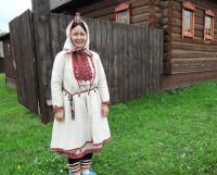На хозяйке этнографического музея — старинной марийской усадьбы — костюм,  которому больше ста лет. Фото Полины Романовой