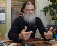 Г. Кожокарь в кресторезной мастерской Соловецкого монастыря на Сельдяном мысу. Фото Екатерины Курзенёвой