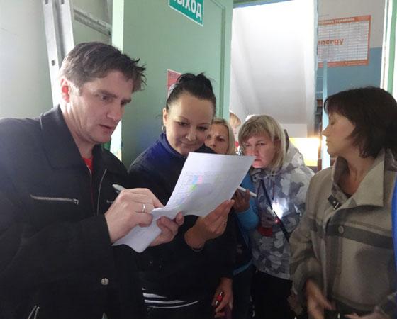 Родители изучают расписание в надежде найти «окна». Фото Екатерины Курзенёвой