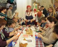 Мастер-класс по изготовлению кукол пользовался популярностью у гостей фестиваля. Фото Валентина Капустина