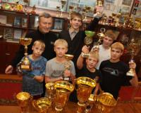 Эти кубки команда школы-интерната завоевала на международных и всероссийских турнирах за последние три года. Фото Валентина Капустина