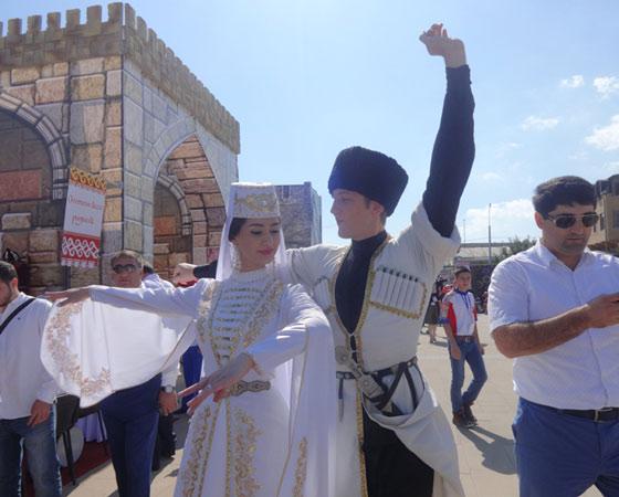 Полторы тысячи артистов представили танцы и костюмы разных народов Дагестана. А их в республике более 30, благодаря чему она носит звание самой многонациональной в России. Фото Екатерины Курзенёвой