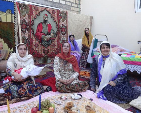 Имя ребёнку присваивают у азербайджанцев на 40-й день его жизни. Изначально всех новорождённых девочек мулла называет Фатима, а мальчиков — Мухаммед. Каждый, кто приходит в дом по такому поводу, должен отведать сладостей. Что мы и делаем, пробуя чай с шикер-бурой (закрытый пирожок с миндалём). Фото Екатерины Курзенёвой