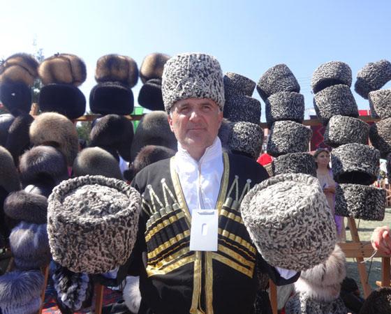 Папаха на Кавказе — больше чем головной убор. Она не позволяет ходить с опущенной головой. С ней связано и немало легенд, например такая: брось папаху в девочку, и если та устоит, значит, готова к свадьбе. Фото Екатерины Курзенёвой