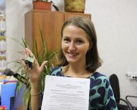 В руках у Александры Мовчан договор и ключи от своей квартиры. Фото автора