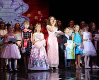 Обладатель гран-при фестиваля  Анна Апполинариева исполняет финальную песню. Фото автора