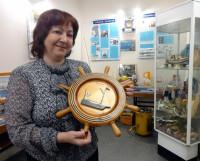 Ольга Щипина с первым талисманом КЮМа, выполненным в 1980-х годах на Севмашпредприятии. Фото Екатерины Курзенёвой