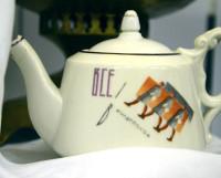 На уникальном чайнике 1920—1930-х годов из агитационного фарфора напечатано «Все в культпоход!».