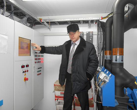 Главный инженер ФОК «Звёздочка» Леонид Стуков показал, как устроена холодильная установка. Фото автора