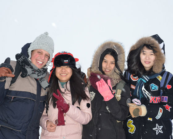 Иностранные гости в восторге от нашей русской зимы.  Фото автора