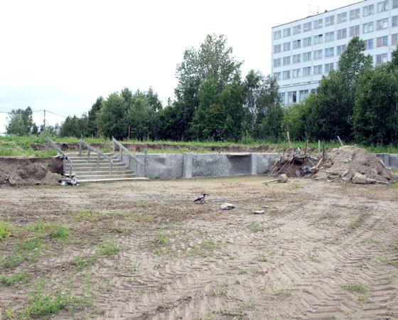 Ещё в августе минувшего года элементы благоустройства снесли бульдозером. Фото Андрея Мирошникова