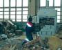 За ручной работой следует работа техники. Сотрудник ООО «Экология-Норд» загружает партию гофрокартона в пресс. Получится плотная тяжёлая кипа, готовая к доставке на предприятие-переработчик.  Фото автора