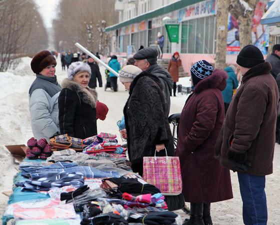 Люди ищут, где дешевле. Даже если это прилавок на улице. Фото из архива редакции