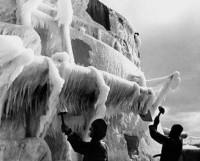В литературе не раз приводились воспоминания ветеранов о разморозке техники, скованной льдом во время морских переходов. Фото с сайта www.o5m6.de
