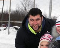 Евгений часто составляет компанию на катке детишкам своего района.