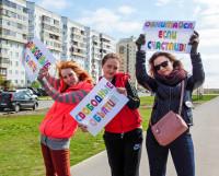 Одна из акций недели — «Свободные объятия». Подойдите к человеку с таким плакатом и поделитесь с ним добром!                            Фото Дарьи Рудской
