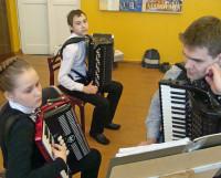 Николай Поздеев (справа) с сегодняшними учениками школы искусств. Фото автора