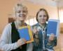 Выпускницы школы № 3 Екатерина Лешукова (слева) и Алина Притыкина. Фото автора