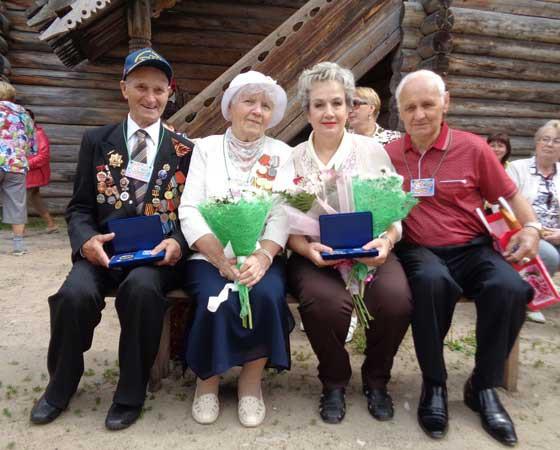 Образцовые семейные пары Северодвинска — супруги Кирейчевы (слева) и Яковенко (справа). .  Фото автора