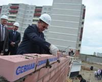 Именной кирпич от генерального директора Севмаша Михаила Будниченко. Фото Елены Никитиной