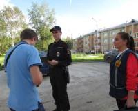 В. Анцыферов и стажёр С. Илюшина составляют протокол на нарушителя. Фото автора