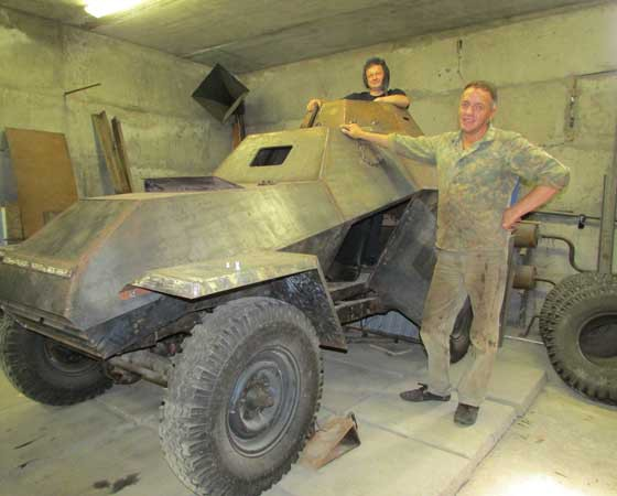 Лоск на боевую машину наводят В. Замараев (слева) и В. Семёнов.  Фото автора