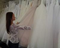 Даже если будущая невеста уверена, что хочет платье определённого фасона, иногда стоит довериться консультанту и примерить варианты, которые предлагает специалист.  Фото автора