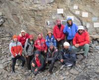 Участники экспедиции с одной из табличек, установленной в память о М. Ишутине. Фото Алексея Корелина