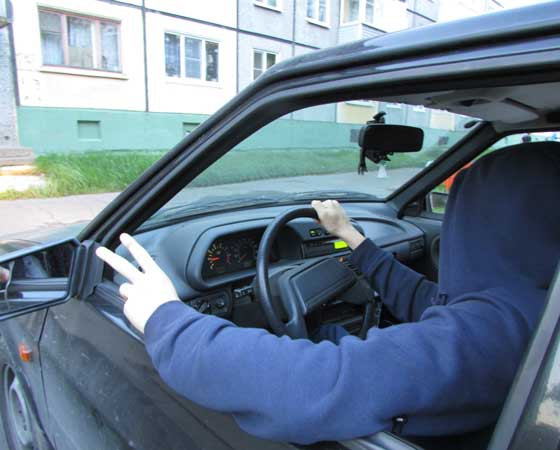 Помните: ребёнок, севший за руль, опасен для себя и для окружающих! Фото Екатерины Курзенёвой