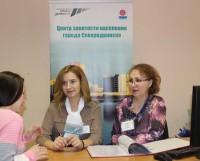 Приём ведут сотрудники Центра занятости населения. Слева направо: самый молодой сотрудник — Юлия Соболева (работает с 2015 года) и самый опытный — Татьяна Новожилова (работает с 1991 года).